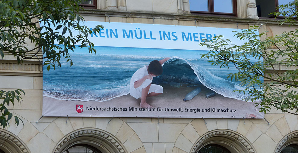 Banner Kein Müll ins Meer am Ministerium in Hannover